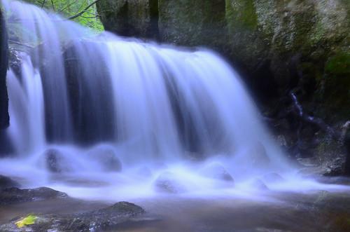 Langzeitbelichtung Ypserklamm Wasserfall mit Blatt im Vordergrund
