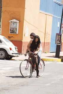 Dos Personas Una Bicicleta