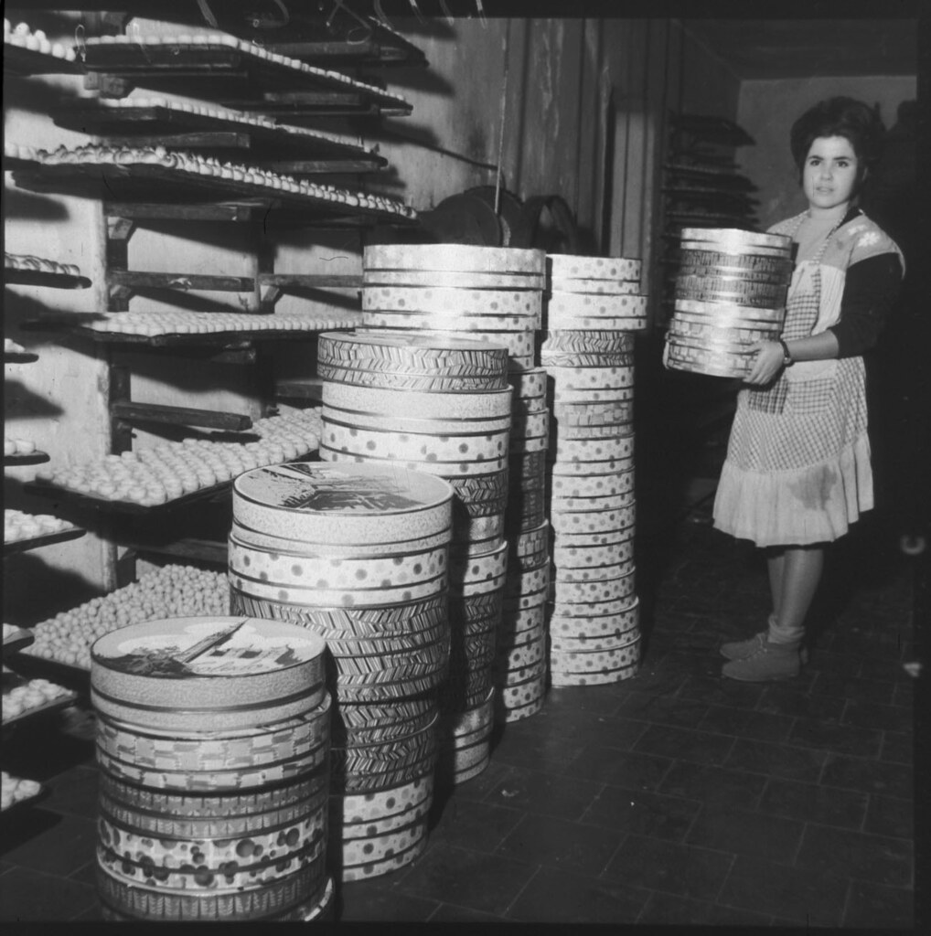 Pila de cajas con anguilas de mazapán. Fabricación artesanal de mazapán en Toledo en los años 50 en la fábrica de José Barroso. Fotografía de Cristóbal Portillo © Archivo Regional de la Comunidad de Madrid, fondo fotográfico