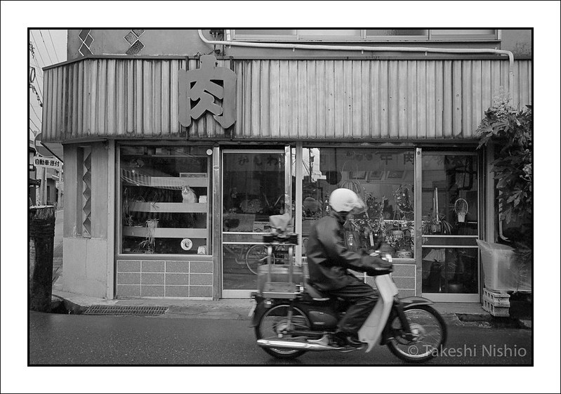 肉, バイク, ショーウィンドウの猫 / Niku (=meat), Motorbike and a cat at shopwindow