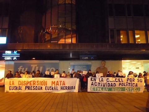 2012-12-10- Kontzentrazioa Iruñean, PPren egoitzaren aurrean