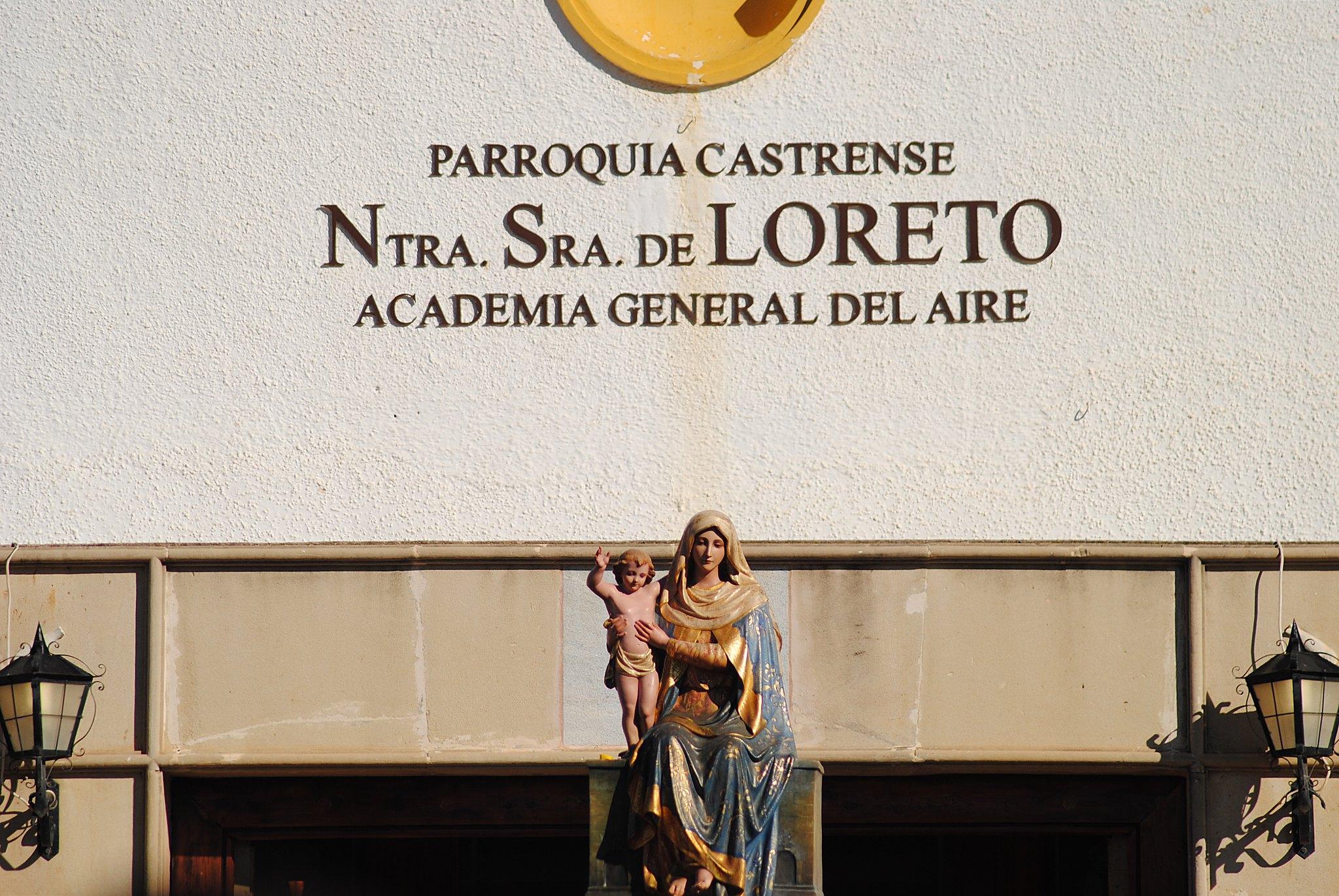 Estatua de Nª Sª de Loreto frente a la fachada de la academia.