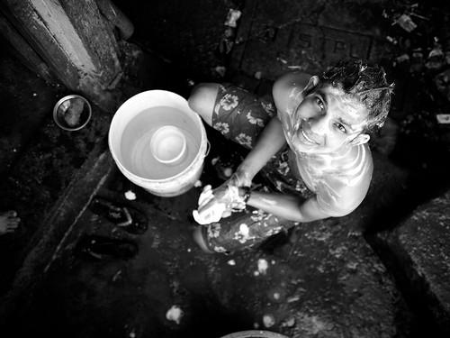 [フリー画像素材] 人物, 子供 - 男の子, お風呂・シャワー, モノクロ, 人物 - 見上げる, インド人 ID:201301040600