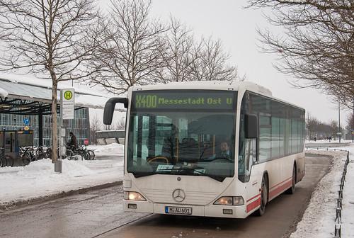 X400 erreicht die Endhaltestelle Messestadt Ost.