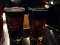 金, 2013-01-18 18:59 - Avery Brewing Co. Ellie's Brown Ale(左)、Dos Equis Amber(右)