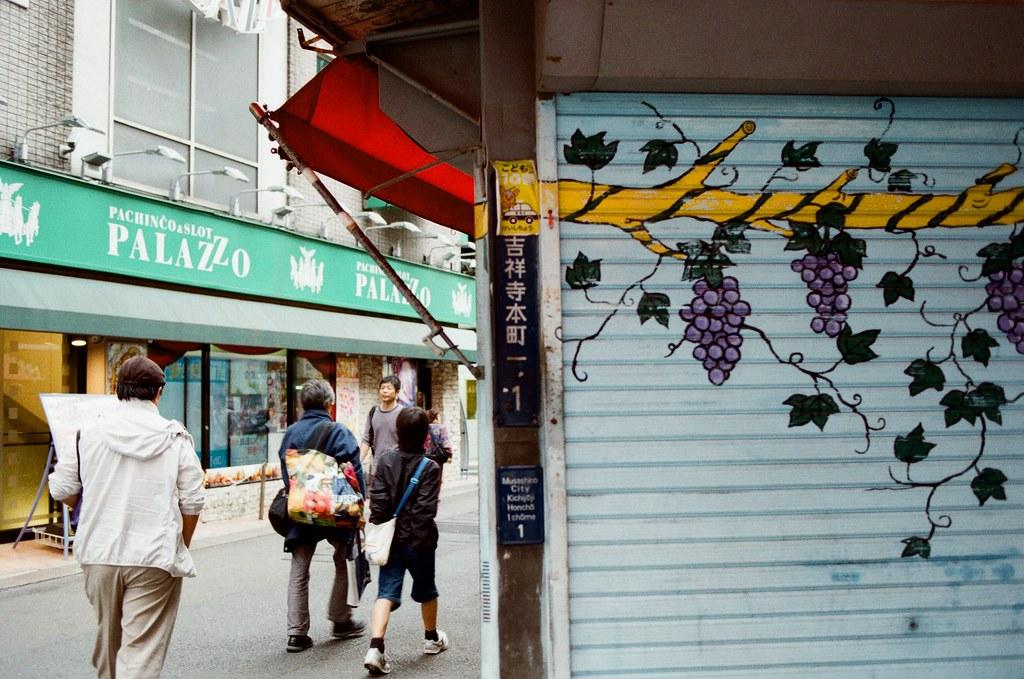 吉祥寺 Tokyo, Japan / Kodak ColorPlus / Nikon FM2 在吉祥寺的巷弄裡鑽來鑽去,好像有點太早去了,有些店家沒有開門,不知道是比較晚開還是真的沒在營業。  我就站在街道的一個位置,構圖調整好後,等待路人走到我要的畫面中,然後按下快門!  這幾天一直很想要寫信給妳,但是一直想不到該怎樣起頭,問候妳好不好又很老套、寫很多我的近況又不確定妳是否想看。  還是學妳用ㄟ當開頭?  Nikon FM2 Nikon AI AF Nikkor 35mm F/2D Kodak ColorPlus ISO200 0995-0008 2015/10/01 Photo by Toomore