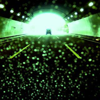 トンネルと雨