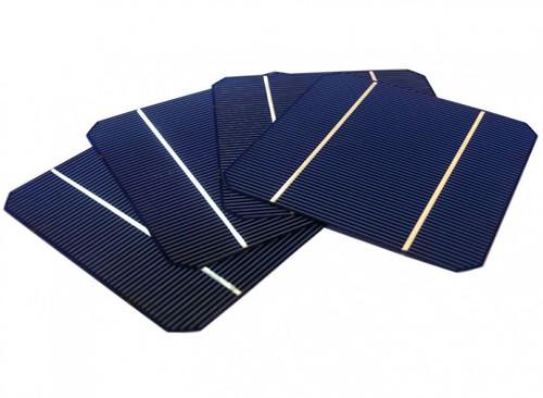 Чтобы создать самоклеющиеся солнечные батареи, исследователи нанесли слой никеля толщиной в 300 нанометров на жесткую пластину из кремния / двуокиси кремния (Si/SiO2)