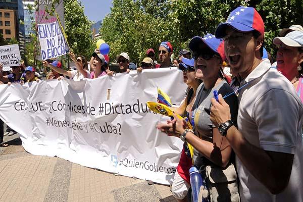 Protestan venezolanos radicados en Chile frente a hotel donde se hospedaba Jaua.