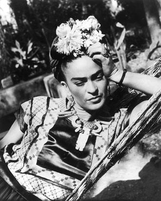 Frida Kahlo posando en blanco y negro1