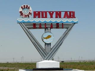 Cartel de bienvenida a Moynaq