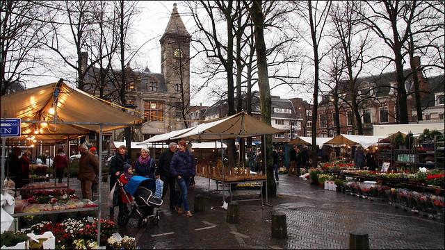 zaterdagse bloemenmarkt in de regen
