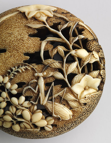 023a-Netsuke- campos de otoño con mantis religiosa-Atribuido a Ryûsa-siglo XVIII-marfil tallado-detalle- Metropolitan Museum of Art