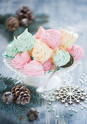 Meringues: sweet present for Christmas