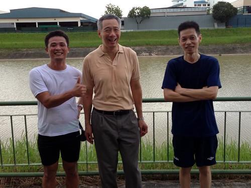 Thủ tướng Lý Hiển Long (giữa) với người dân chạy thể dục ở Công viên Sungei Pang Sua chiều tối 1.1.2013 - Ảnh: Lấy từ Facebook Lee Hsien Loong
