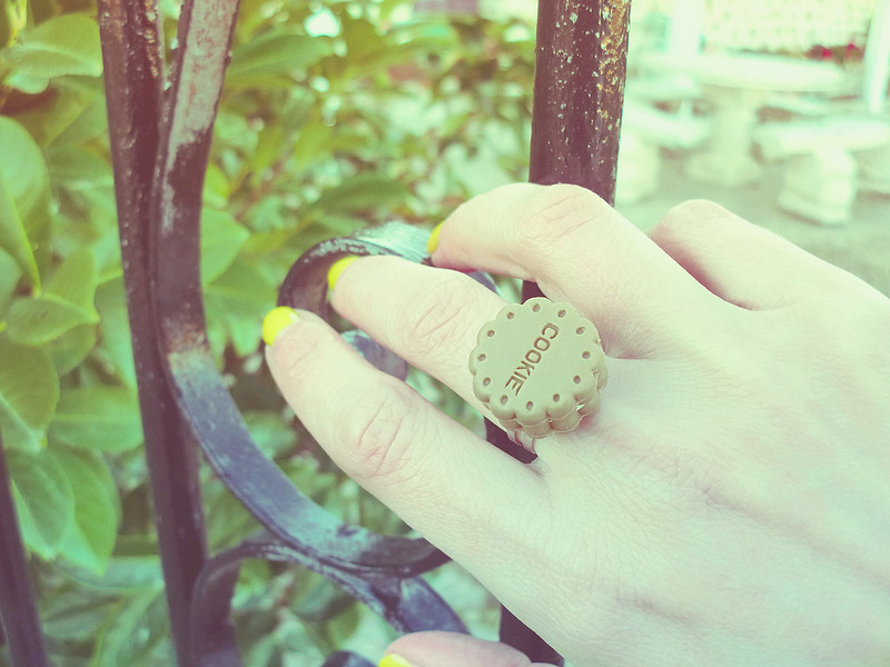 Ai Candies Cookie ring & yellow nails