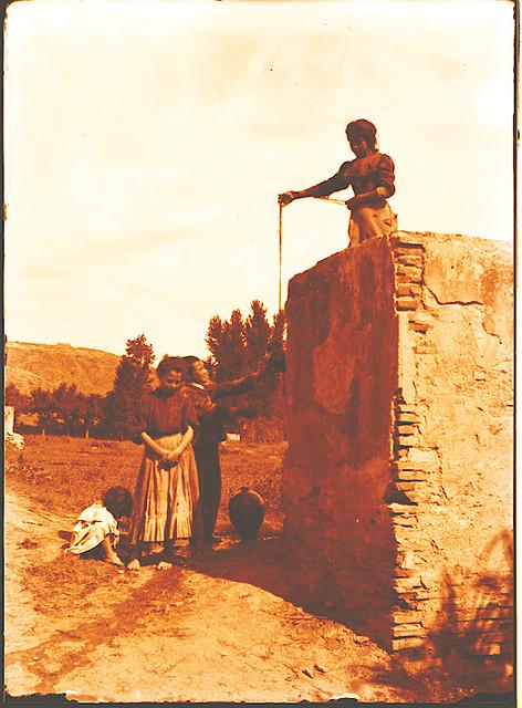 Niños junto a unos restos arqueológicos en la Huerta del Granadal. Fotografía de Pedro Román Martínez. © Fondo Rodríguez. Junta de Comunidades de Castilla-La Mancha