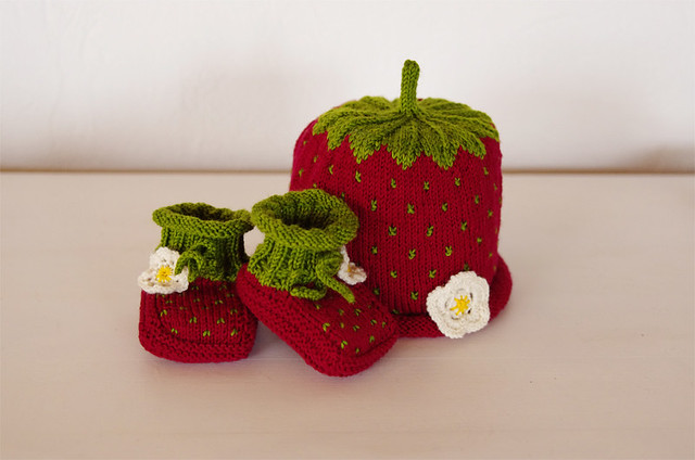 Pjusken's Strawberry Baby Booties und Drops Erdbeermütze in Wollmeise @frauvau.blogspot.de
