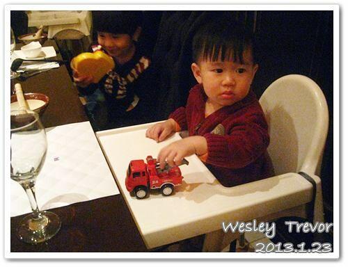 130123-到餐廳用餐也要帶玩具