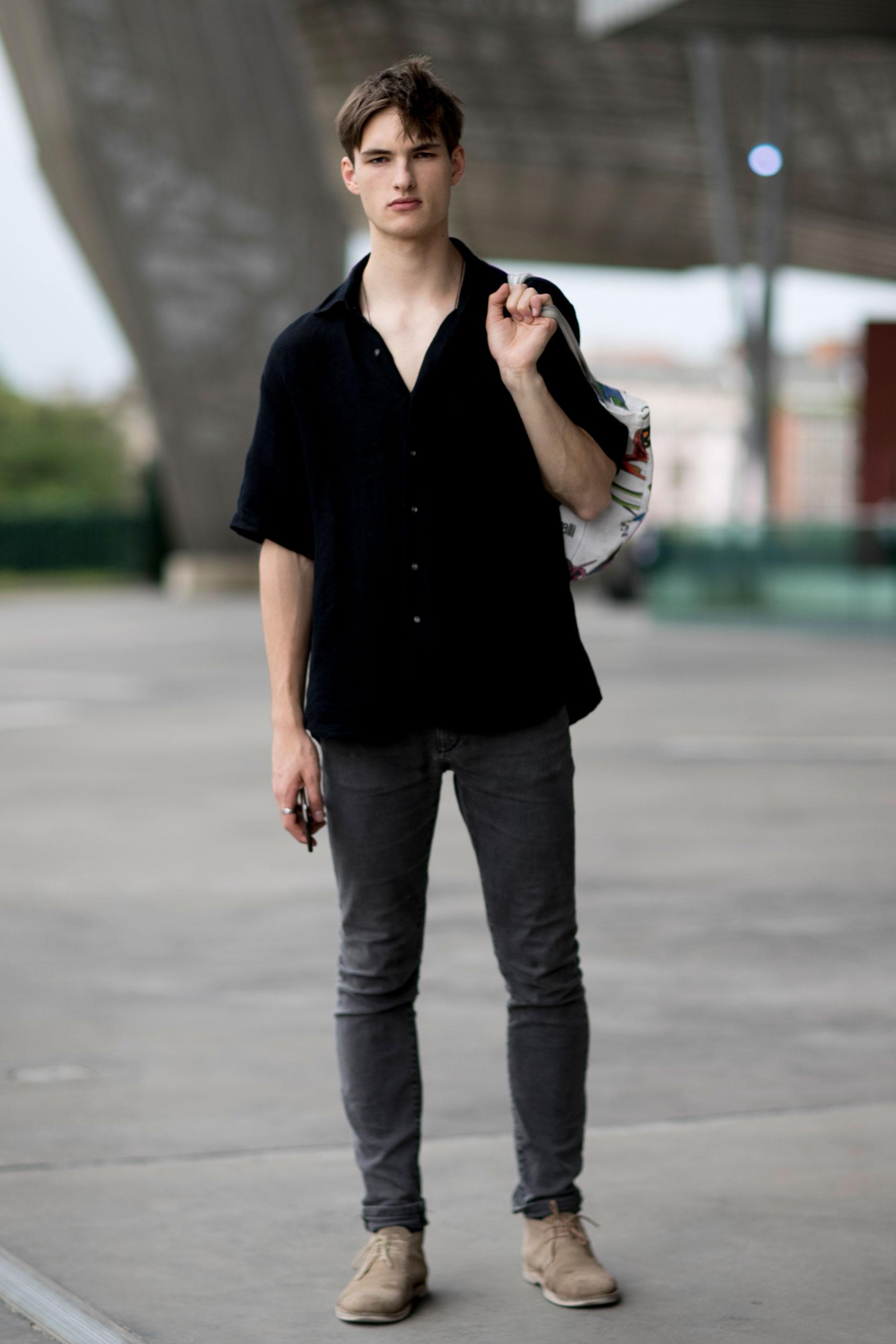 黒半袖シャツ×ブラックジーンズ×ベージュチャッカブーツ