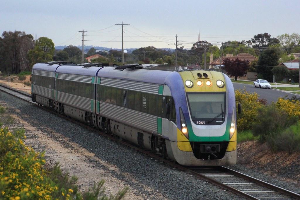 VL41 runs the down evening Echuca service through White Hills by bukk05