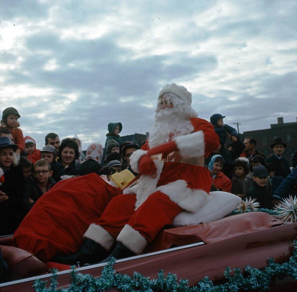 Le père Noël sur le boulevard Dorchester (devenu René-Lévesque) face l'église Saint-Pierre-Apôtre, 14 novembre 1964