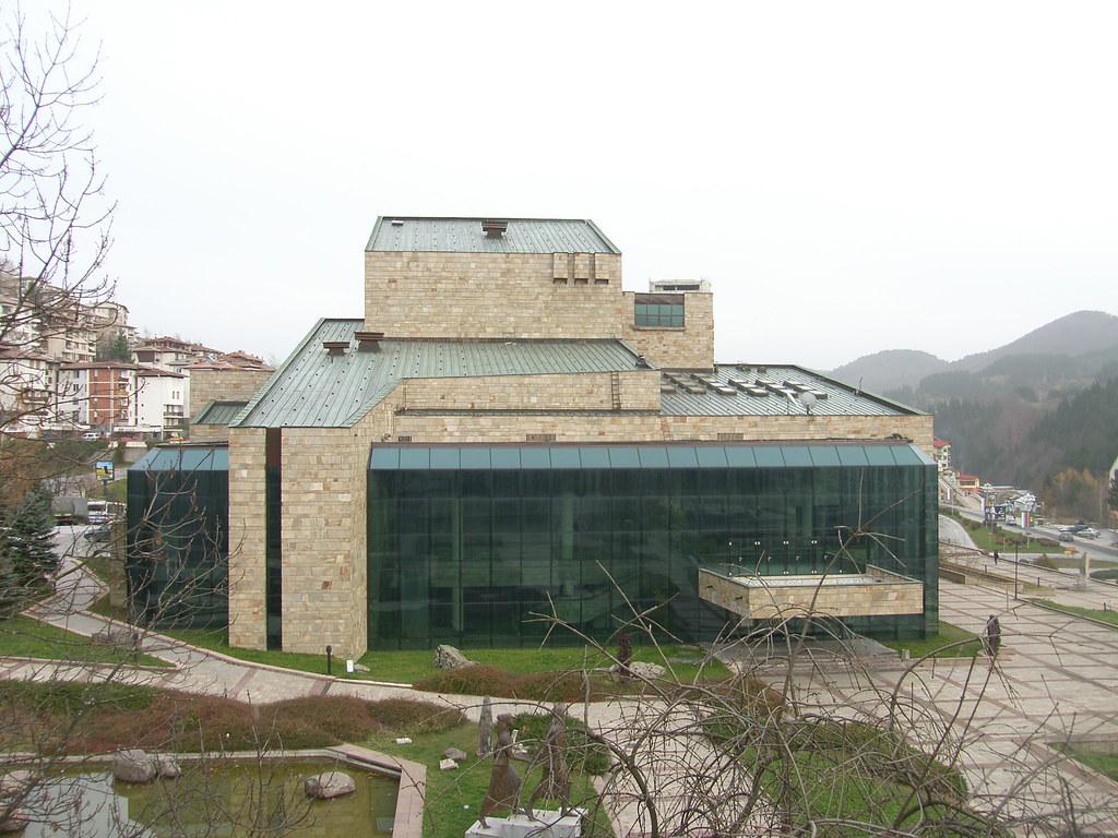сградата на театъра в Смолян