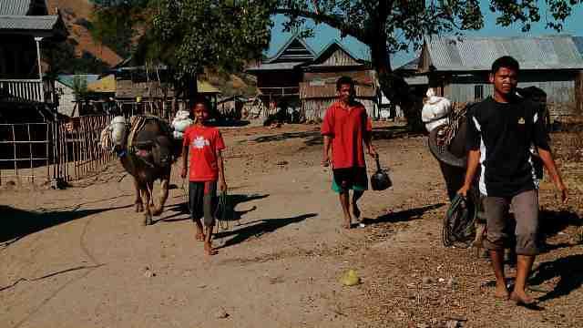 Penduduk pegunungan harus berjalan kaki 4 jam untuk mencapai Pasar Warloka - Dok. Kompas TV