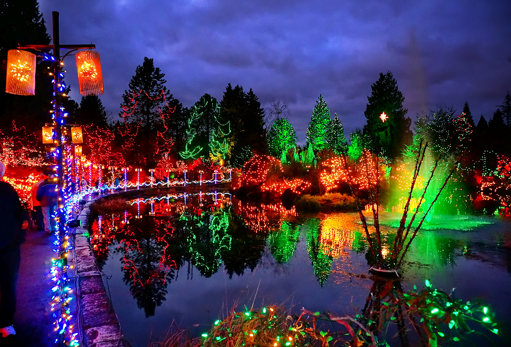 Happy holidays vandusen botanical garden at night for Botanical gardens christmas lights