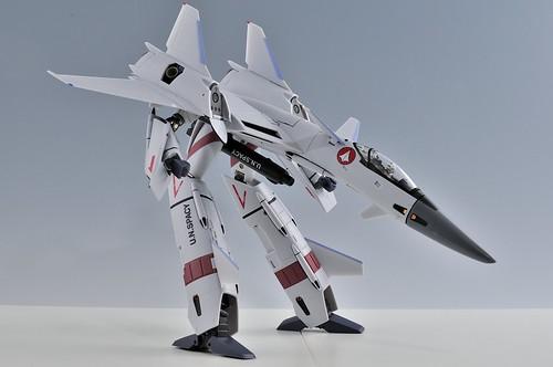 やまと 完全変形 1/60 VF-4G Lightning III ガウォーク VF-1のガンポッドを懸架