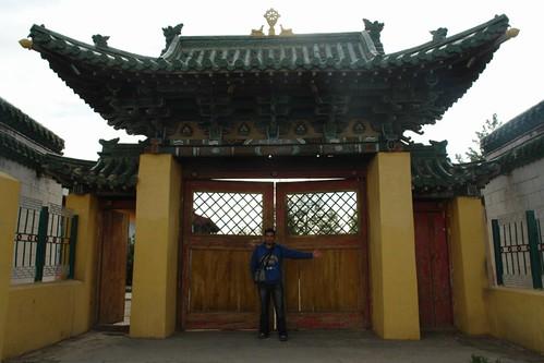 Una de las entradas al complejo y al monasterio. Gandantegchinlen Khiid, el espíritu tibetano de Ulan-bator - 8378975438 da16f7354e - Gandantegchinlen Khiid, el espíritu tibetano de Ulan-bator