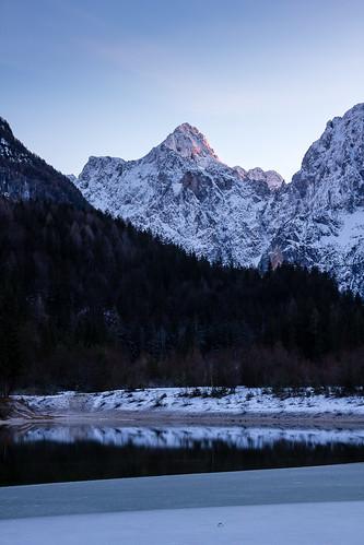 winter sunset mountain lake snow mountains alps forest evening twilight slovenia gore slovenija alpinelake sunsetlight zima alpe razor alpinevalley sneg julianalps gorenjska jezerojasna kranjskagora jezero večer gozd sončnizahod planine julijskealpe canoneos60d julijci lakejasna sigma1750mmf28exdcos