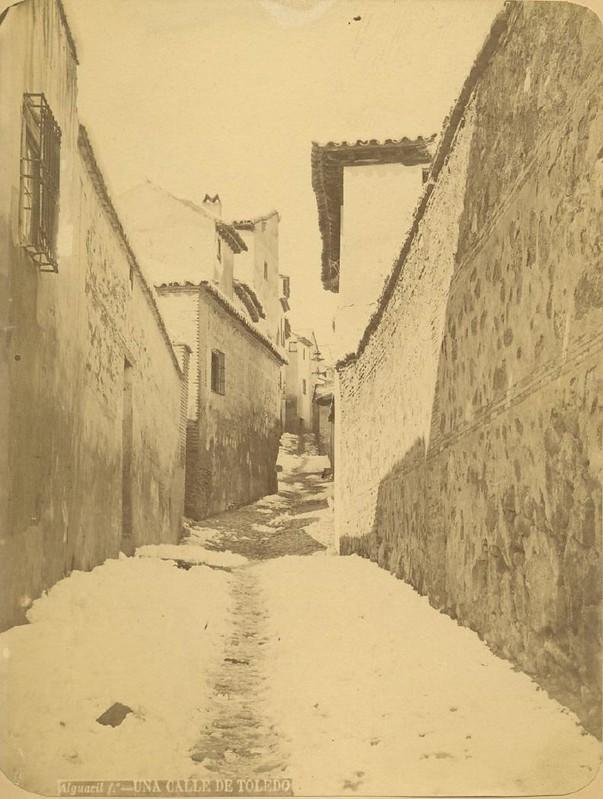 Una calle de Toledo tras una nevada hacia 1875. Fotografía de Casiano Alguacil © Museo del Traje. Centro de Investigación del Patrimonio Etnológico. Ministerio de Educación, Cultura y Deporte