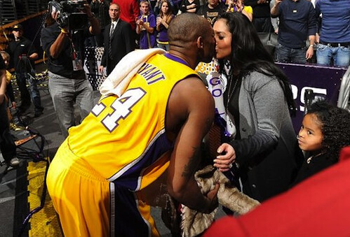 kobe-kisses-vanessa-lakers-game
