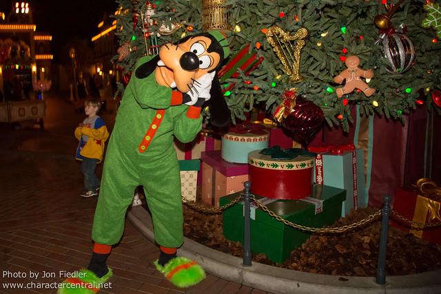 Disneyland Dec 2012 - Christmas Eve in Town Square