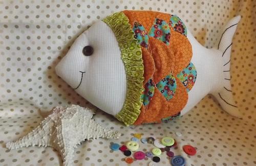 Tarde deliciosa com as amigas Marta Brenner, Marta Basteiro e Kátia Volkmer, cada uma escolheu um projeto diferente.....esse é o meu peixinho almofada ♥ by * Artes da Meg *