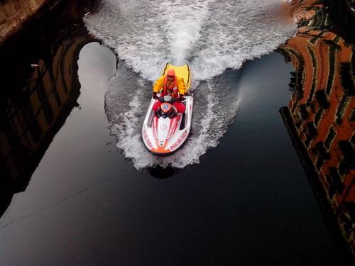 Una moto d'acqua sul Naviglio by Ylbert Durishti