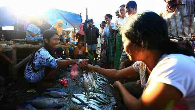 Barter beras dan ikan di Pasar Warloka - Dok. Kompas TV