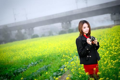 [フリー画像素材] 人物, 女性 - アジア, 人物 - 花・植物, 菜の花・アブラナ, カメラ, 台湾人 ID:201302251400