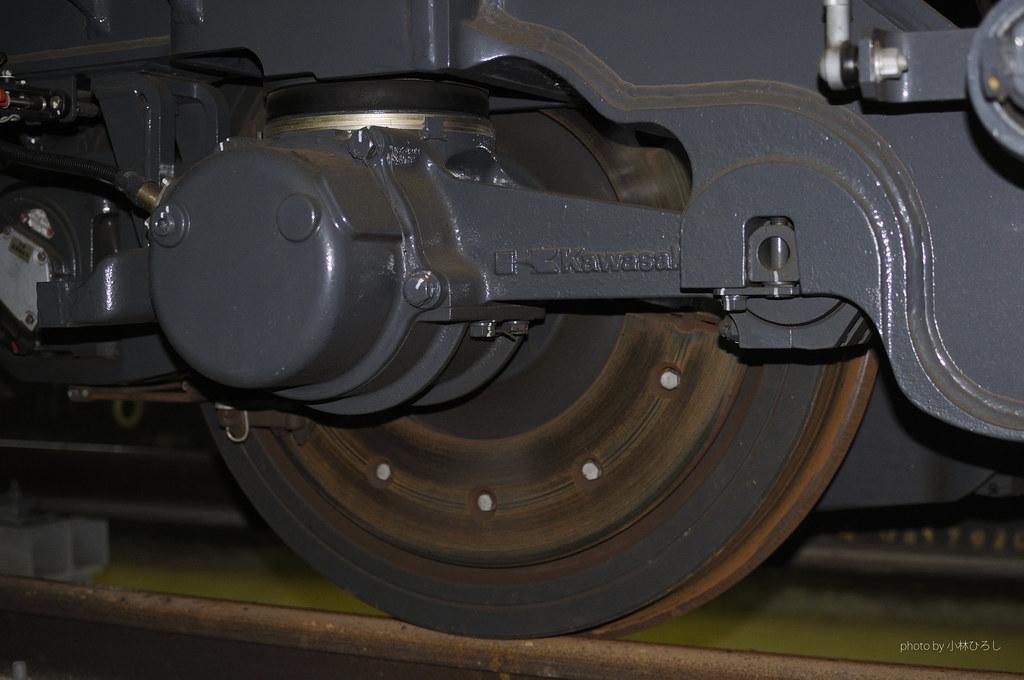 煞車碟、金屬彈簧懸吊系統