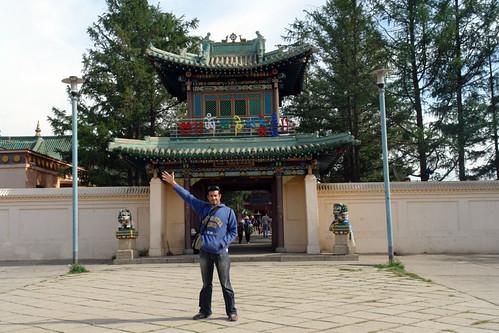 Entrada principal al recinto amurallado del Monasterio de Gandan Gandantegchinlen Khiid, el espíritu tibetano de Ulan-bator - 8377900709 ca39d5215a - Gandantegchinlen Khiid, el espíritu tibetano de Ulan-bator