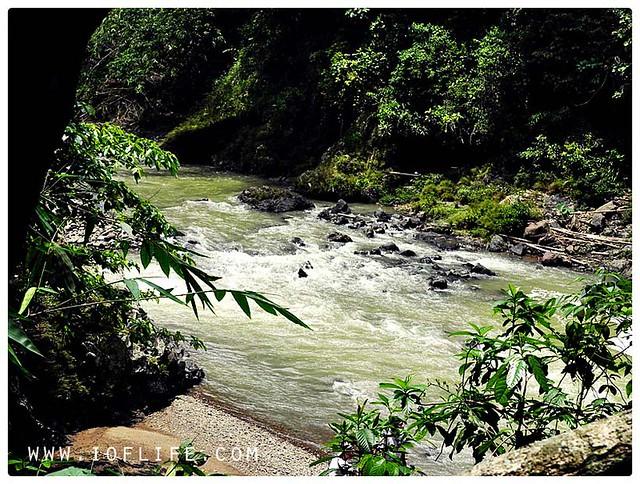 sungai mengalir