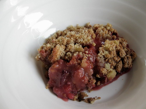 Plum crumble (plumble) with amaretti crumble