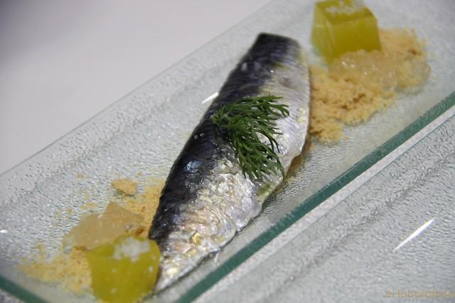 Sardina Marinada con Gelatina de agua de tomate y gominola de AOVE sobre tierra de brioche