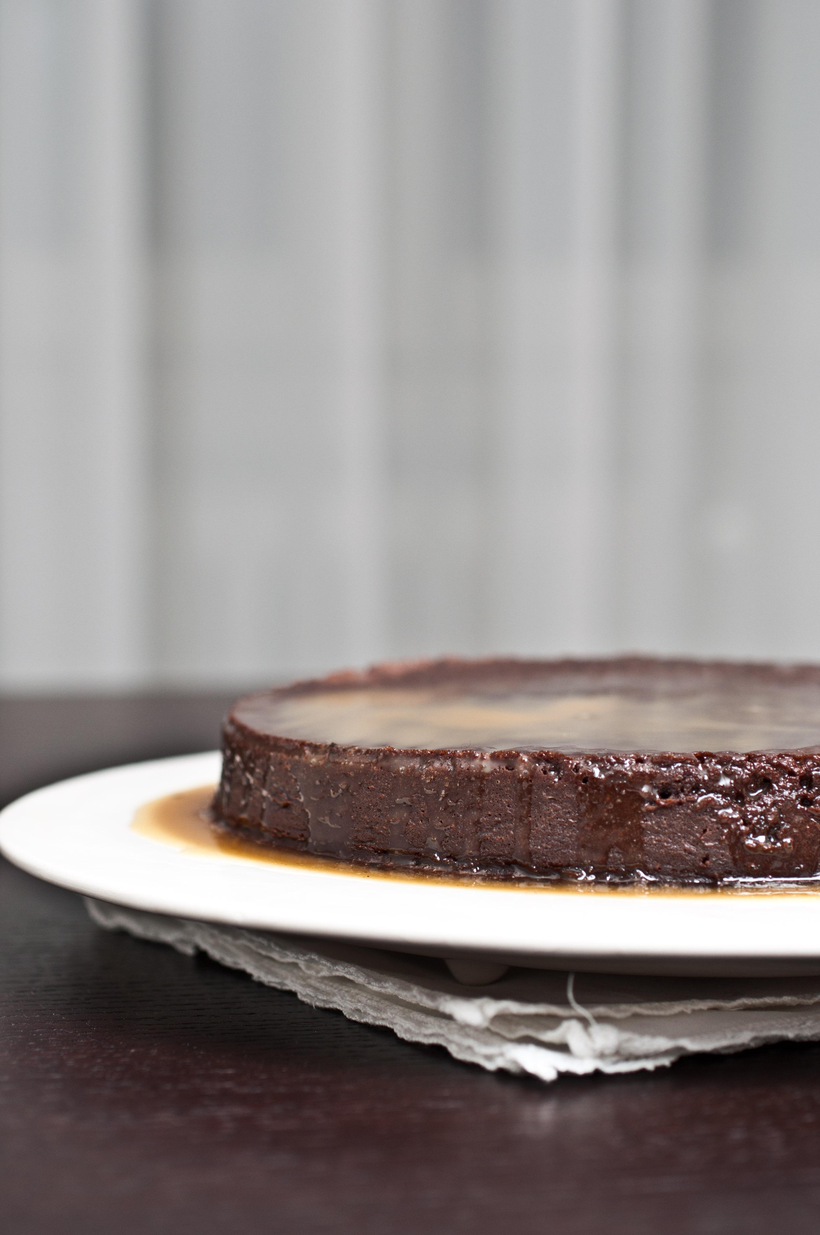 Torta al cioccolato a bagno maria con salsa al caramello - Bagno di cioccolato ...