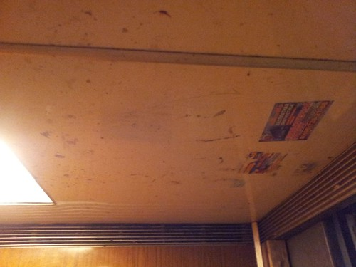 20130219_Лифт. Грязный потолок