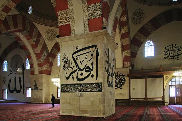 Interior with arabic calligraphy in Eski Mosque, Edirne, Turkey エディルネ、エスキ・ジャーミー内部のカリグラフィー