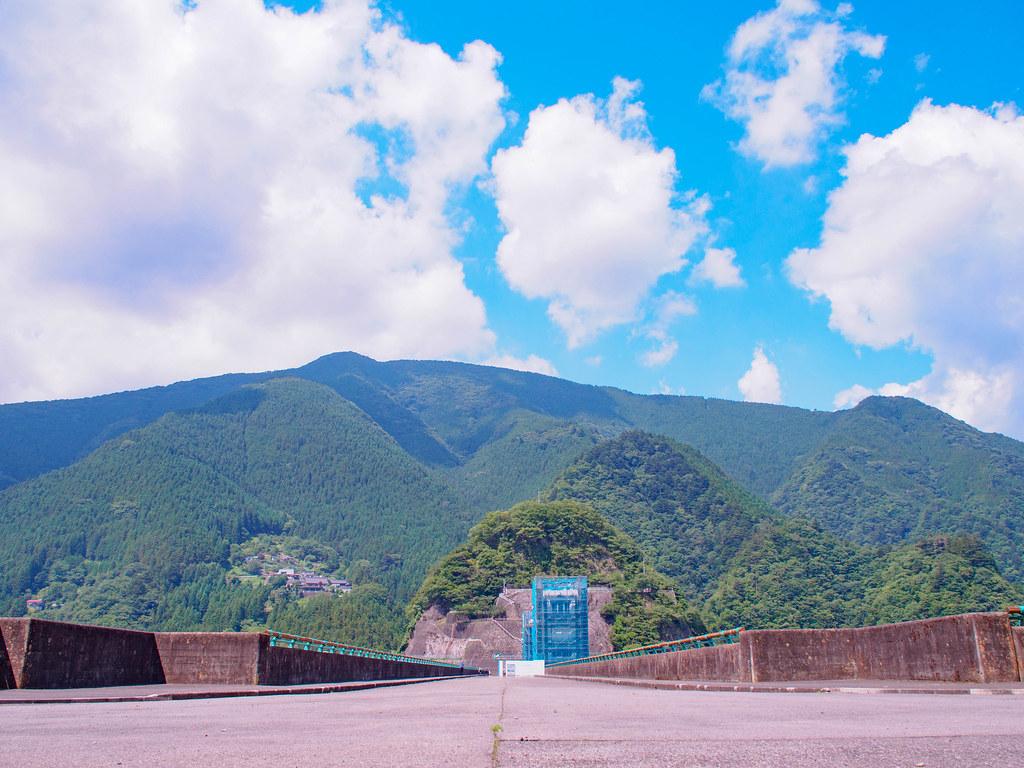 小河内ダムの手前の道