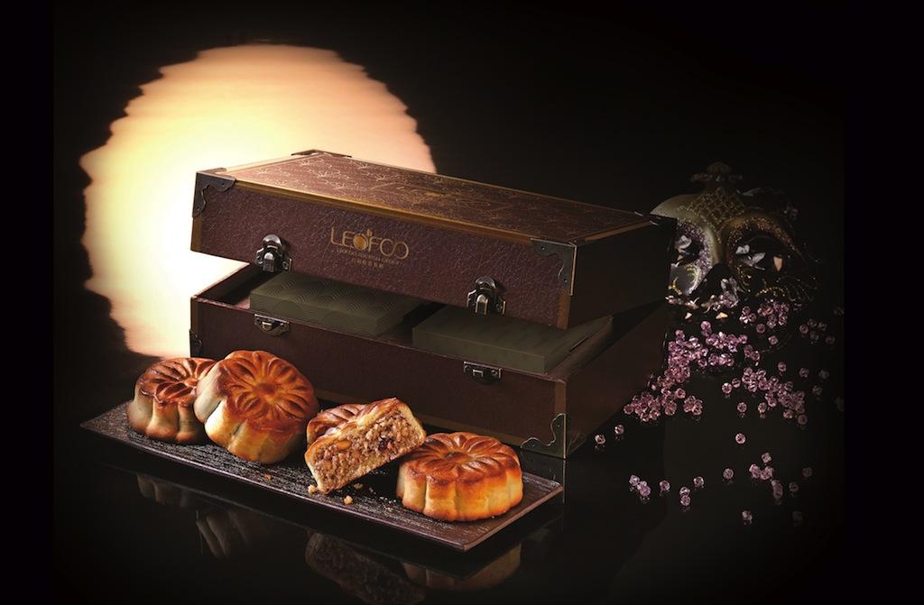 黃金時代美人月餅:六福旅遊集團以四大國際影壇巨星「奧黛麗赫本、瑪麗蓮夢露、費雯麗、原節子」為靈感,取其經典銀幕形象研發口味,更結合玫瑰、椰子等特殊食材,打造全新