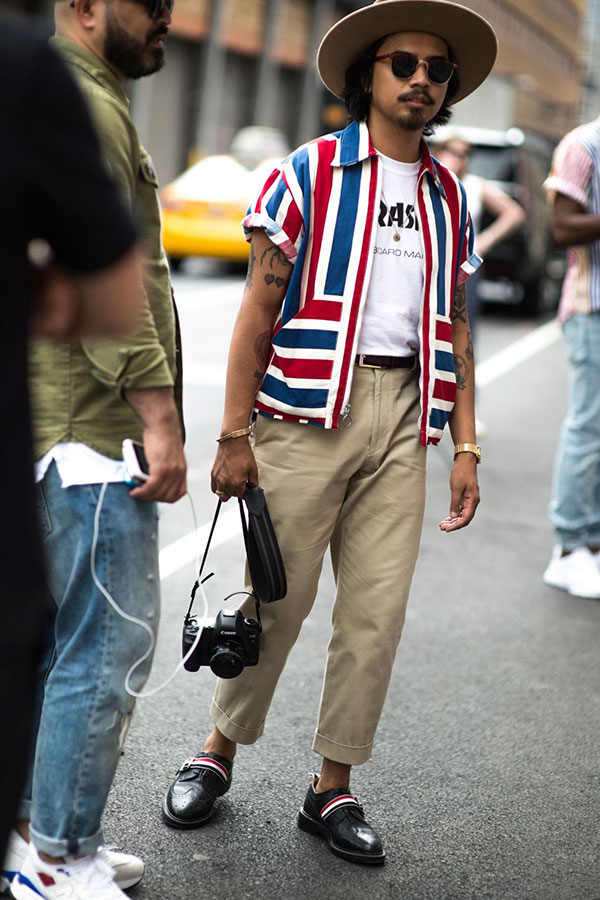 フロッピーハット×マルチボーダー半袖シャツ×THRASHER白Tシャツ×チノパン×黒ウイングチップストラップシューズ